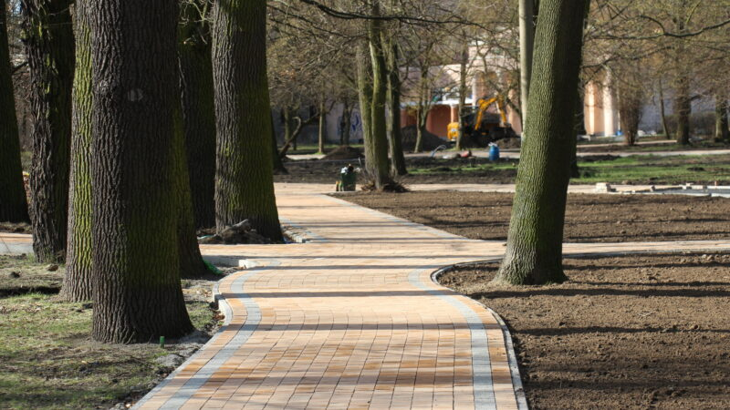 rewaloryzacja parku Odry - prace budowlane, nowe chodniki, drzewa w parku