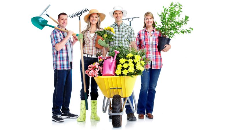 czworo ludzi w tym dwie kobiety i dwóch mężczyzn, ubrani jak do pracy w ogrodzie. stoją uśmiechnięci, a grabiami i łopatami w dłoniach