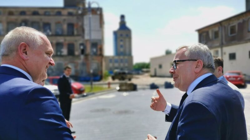 wojewoda lubuski oraz prezydent miasta, w tle wieża na Odrze