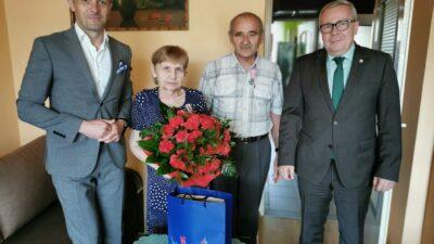 od lewej kierownik USC Sławomir Wojciechowski, państwo Janina i Piotr Kubów oraz prezydent Jacek Milewski