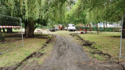 rozpoczęcie prac w parku, w tle samochody ciężarowe