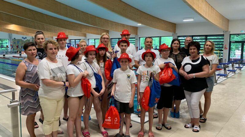 uczestnicy grupy uczącej się pływać na basenie