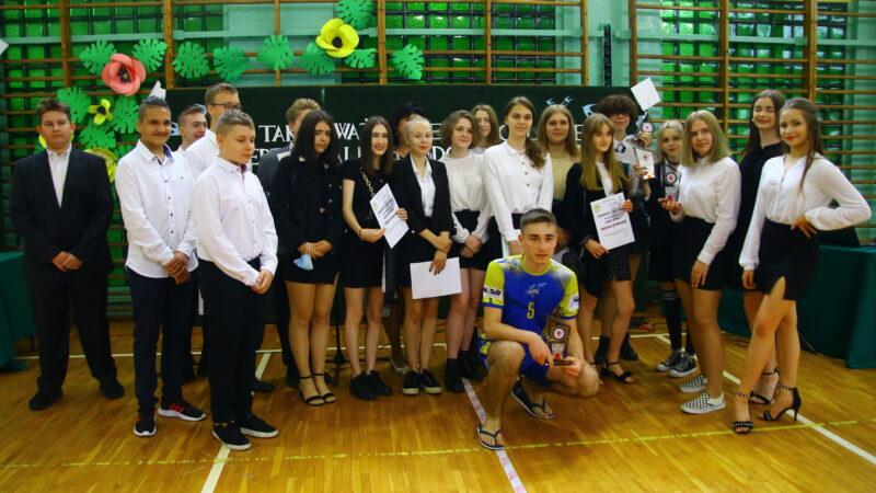 wspólne zdjęcie uczniów na zakończenie roku szkolnego