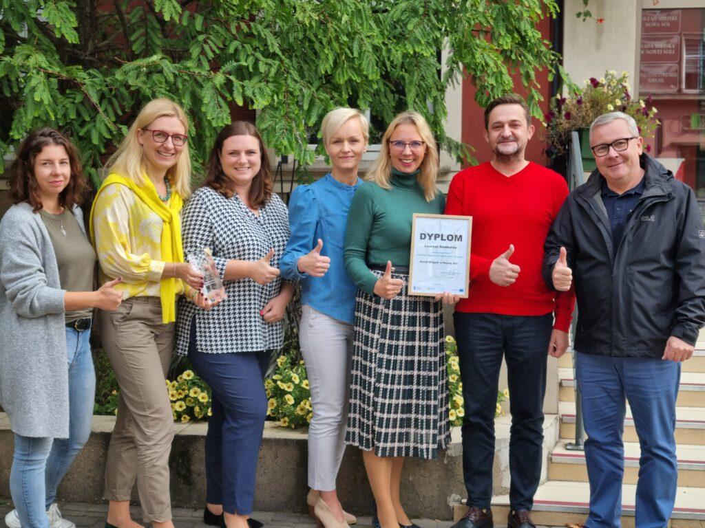 od prawej prezydent Jacek Milewski, Marcin Herma, Karina Jarosz, Jolanta Kabzińska, Kalina Patek, wiceprezydent Natalia Walewska-Wojciechowska, Gabriela Juncewicz