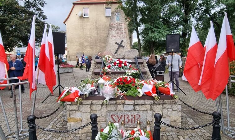 pomnik zesłańców Sybiru z wieńcami
