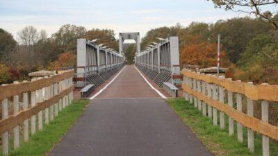 Ścieżka rowerowa przebiegająca przez stalowy most
