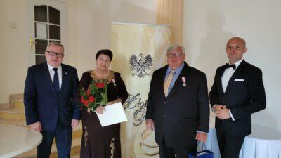 Na zdjeciu Jubilaci Teresa i Ryszard Kłosowscy a także kierownik USC (z prawej) Sławomi Wojciechowski oraz prezydent Jacek Milewski (z lewej strony)