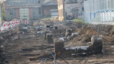 Budowa drogi przez Dozamet - dalsza część budowanej drogi po obu stronach stare hale produkcyjne