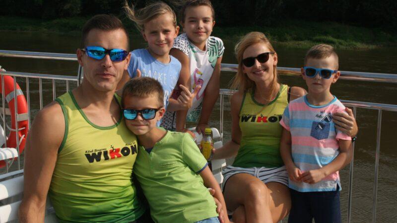 Na zdjeciu znajdują się uczestnicy rejsu. Widzimy od lewej strony mężczyznę idziecko, w tle dwie dziewczynki oraz dorosłą kobietę i chłopca