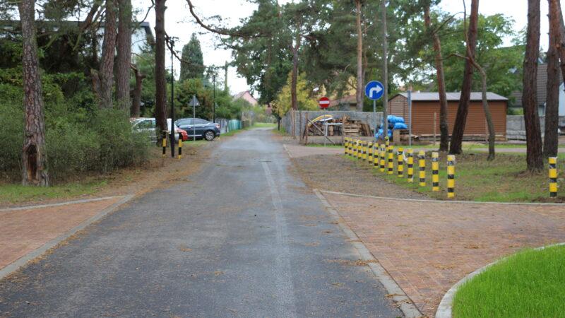 fragment drogi prowadzącej do cmentarza przy ulicy Piaskowej w Nowej Soli