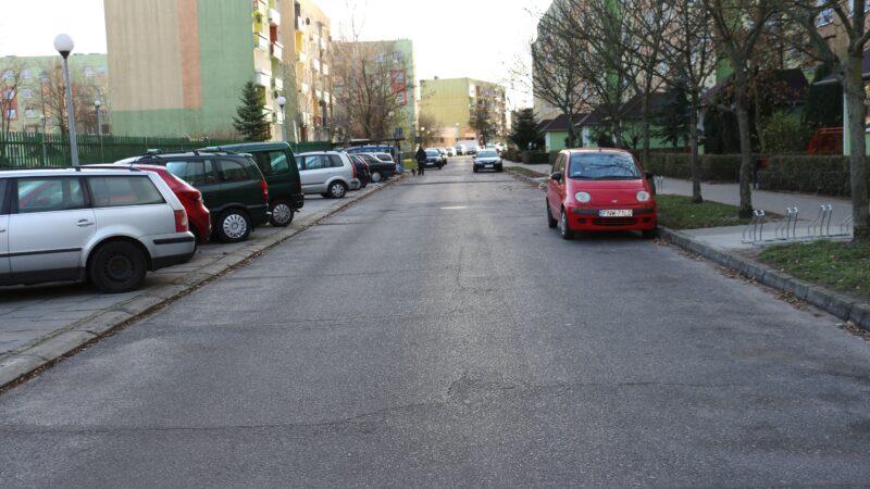 fragment uliczki wzdłuż bloku nr 20 przy ulicy Matejki i Fredry