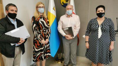 Na zdjęciu od lewej dyrektor Dariusz Kiraga, wiceprezydent Natalia Walewska-Wojciechowska, dyrektor Bogdan Mikulski, naczelnik wydziału oświaty Irena Sienkiewicz