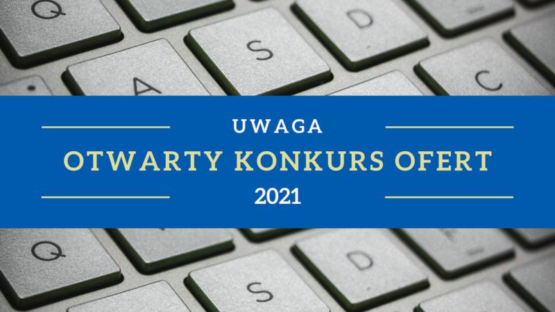 Obrazek przedstawia klawiaturę laptopa, na środku niebieski pasek z napisem Uwaga otwarty konkurs ofert 2021