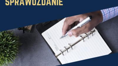 Na obrazku widnieje męska dłoń trzymająca długopis. Dłoń leży na otwartym notesie.