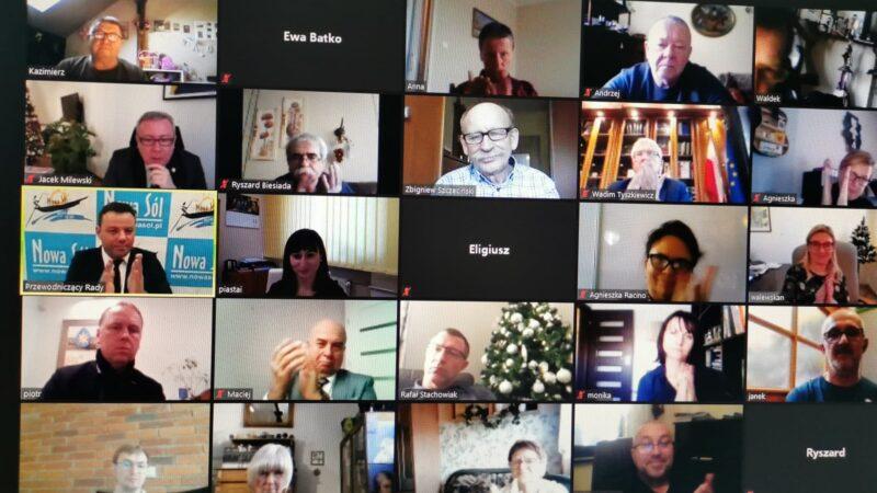 ekran z zalogowanymi radnymi rady miejskiej oraz gośćmi podczas sesji rady miejskiej Nowa Sól
