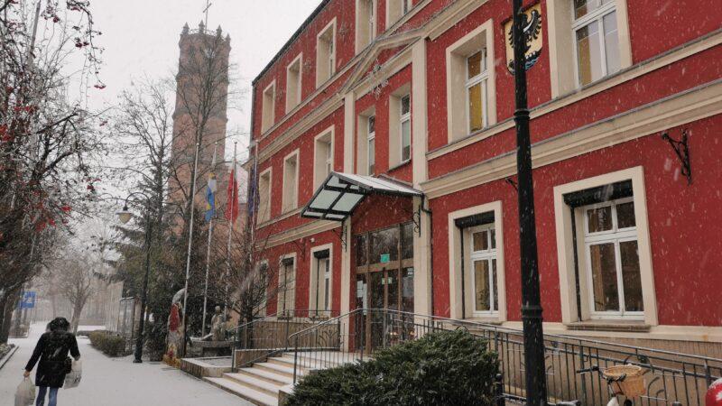 zdjęcie budynku urzędu miejskiego w trakcie opadów śniegu