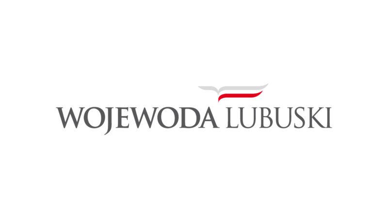 logo wojewoda lubuski - białe tło czarne napisy. biało-czerwona flaga