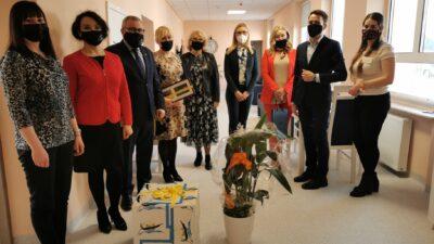 wspólne zdjęcie władz miasta i pracowników senior plus