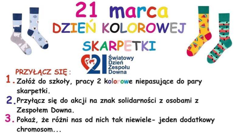 na białym tle kolorowy napis 21 marca dzień kolorowej skarpetki, po bokach napisu namalowane skarpetki we wzorki