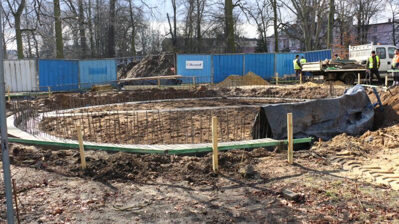 budowa ścieżek i chodników w parku, na głównym planie budowa muszli koncertowej