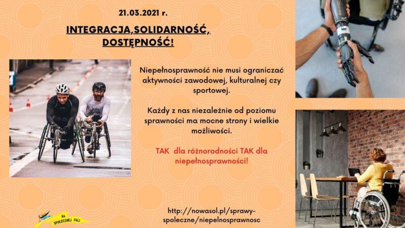 na pomarańczowym tle po lewej zdjęcie dwóch mężczyzn na sportowych wózkach inwalidzkich, po prawej w górnym rogu zdjęcie uścisku dłoni i proezy, pod spodem zdjęcie kobiety siedzacej tyłem na wózku inwalidzkim, piszacej na laptopie, pomiędzy zdjęciami napis międzynarodowy dzień inwalidów i ludzi niepełnosprawnych 21.03.2021, integracja, solidarność, dostepność