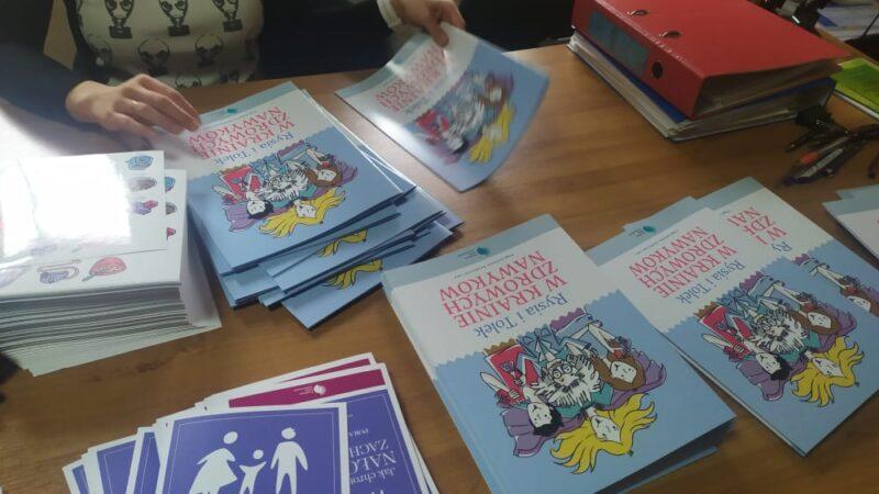 na stole leżą rozłozone materiały edukacyjne, dot. programu w krainie zdrowych nawyków