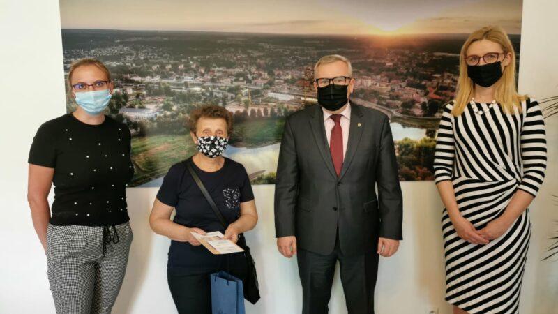 tysięczna karta seniora wspólne zdjęcie władz miasta z seniorką