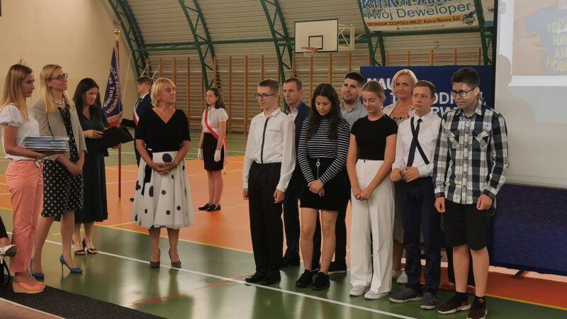 nagrodzona młodzież z dyrekcją szkoły oraz rodzicami