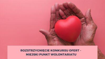 Na różowym tle widać wyciągniete dłonie trzymające srce.