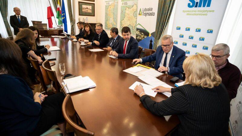 prezydent Jacek Milewski siedzący przy stole wraz z włodarzami gmin lubuskiego trójmiasta